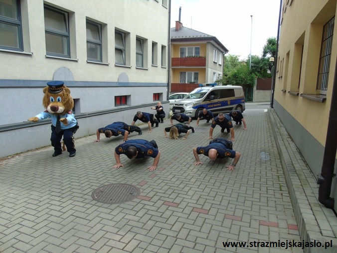 Straż Miejska w Jaśle pompuje dla chorych dzieci